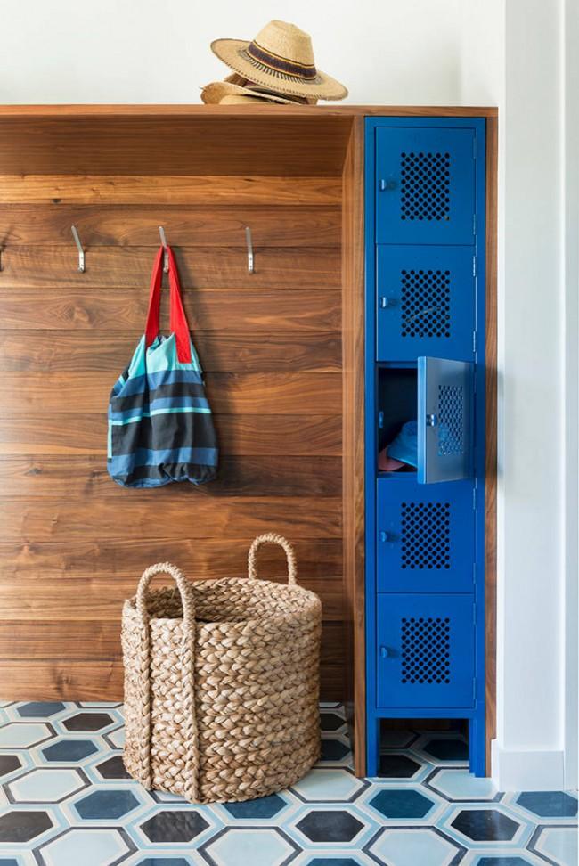 Разнообразные небольшие встроенные шкафчики удобны для хранения мелких предметов обихода, головных уборов, перчаток. шарфов и прочего