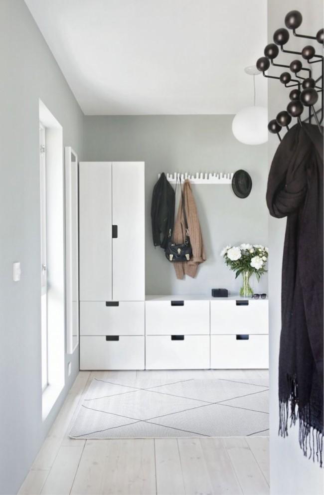 Матовые белые фасады шкафов из МДФ и черные аксессуары