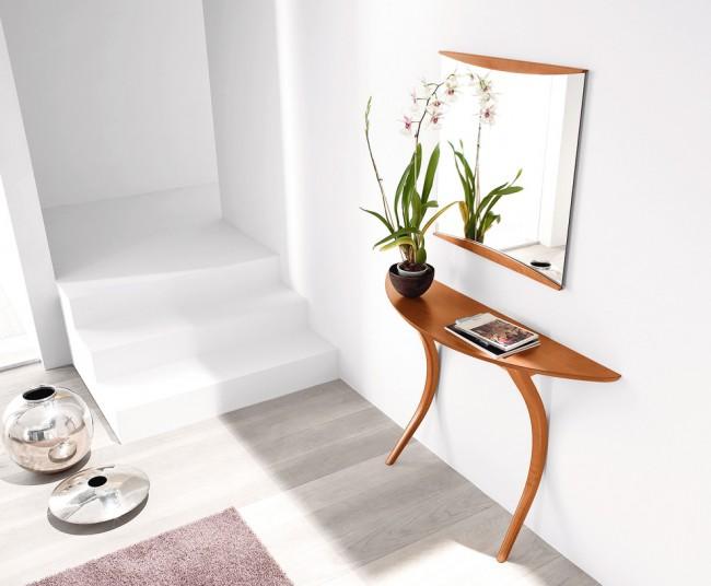 Узкая мебель: консольные столики, бюро - хороший выбор для малогабаритной прихожей