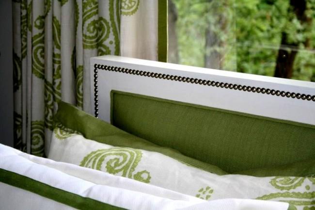 В спальне органичнее всего смотрится мебель, обтянутая натуральными тканями: лен, хлопок, шерсть и так далее