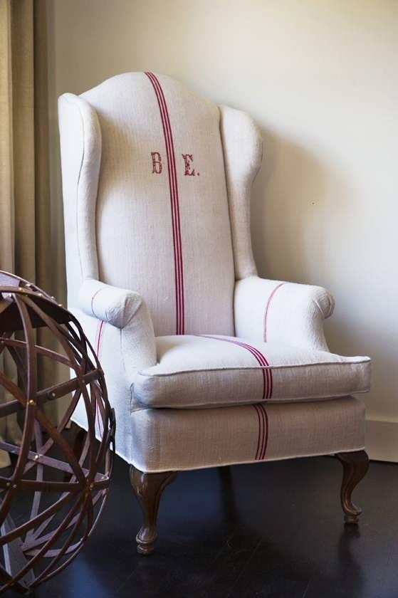 Разнообразие видов шенилла позволяет с помощью перетяжки мебели придать ей какой угодно вид, например винтаж или рустик. На фото - кресло, переобтянутое тканью шенилл с высоким содержанием хлопка