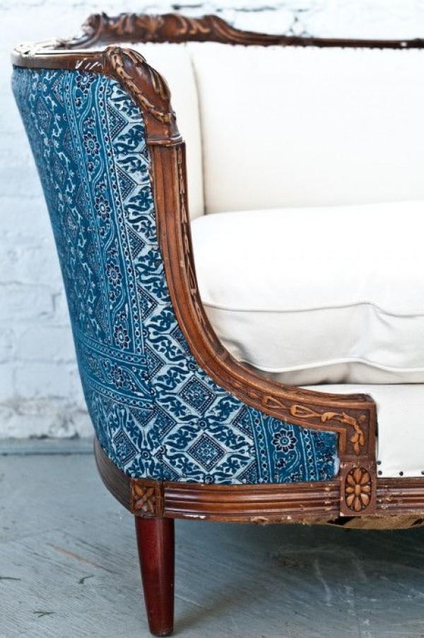 Рельефный рисунок, который получается в результате сложного переплетения большого количества нитей на плотной ткани, напоминает другую ткань, гобелен