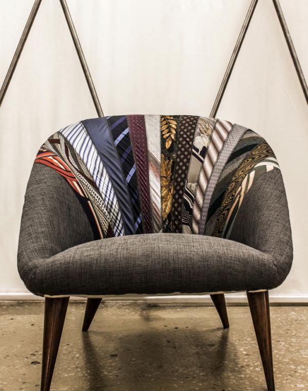 Хороший жаккард - дорогая и довольно нежная ткань, поэтому он так органично становится неподражаемым украшением, будучи использованным только для фрагментов мебели, как элемент ее декора