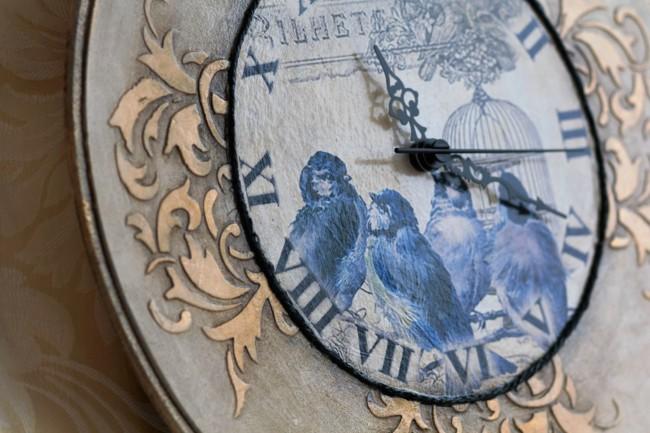 Часы на рельефной деревянной заготовке