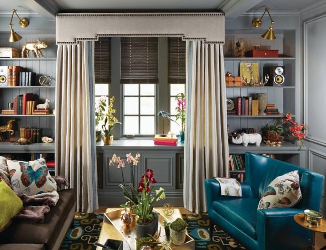 Вертикальное хранение и неширокие полки для книг, сувениров и интерьерных украшений уводят взгляд кверху и уменьшают необходимое количество мебели