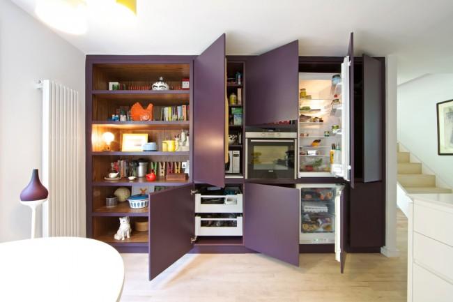 Кухня квартиры-студии, полностью прячущаяся за единоуровневым фасадом. Таким образом можно достичь самого минималистичного и аккуратного вида жилья в общежитии
