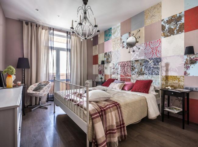 Небольшая спальня в современном стиле, для оформления акцентной стены в которой использована идея пэчворк