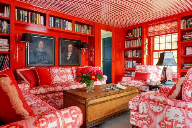Отдельная библиотека площадью 18 кв. м со смелым выбором ярко-красного цвета как основного для стен, потолка и мебели