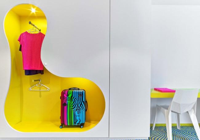 Яркий шкаф-гардеробная - веселый эксперимент от Карима Рашида. Здесь хранению одежды назначается украшать помещение