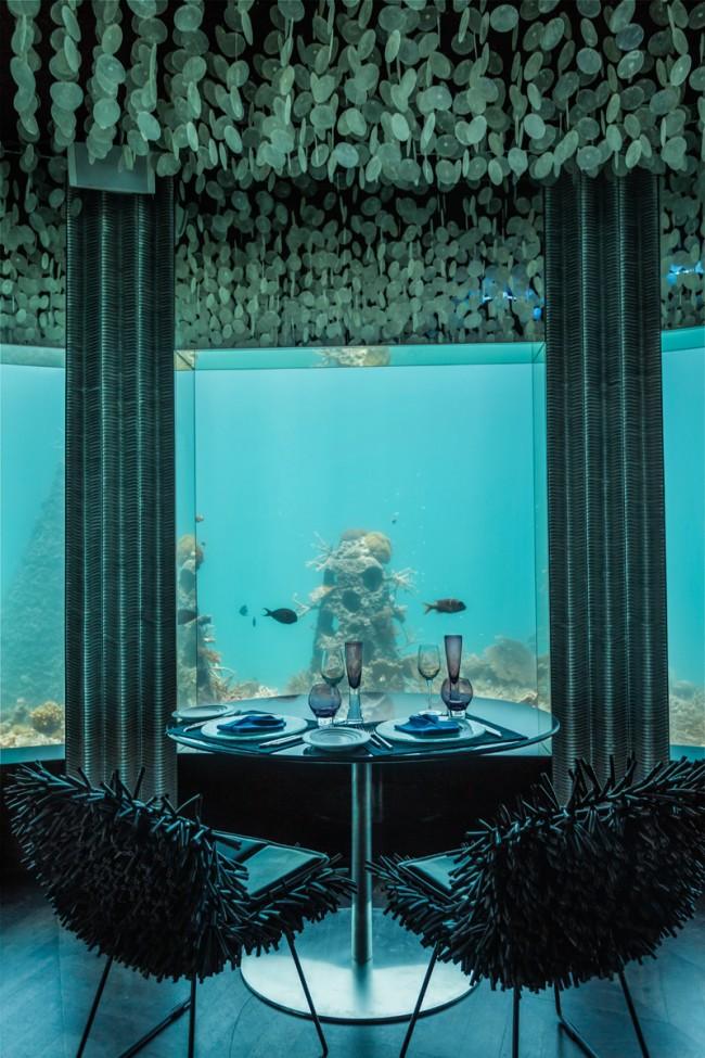 Своим названием ресторан Subsix, находящийся на Мальдивах, обязан шестиметровой глубине, на которой находится. Из панорамных окон открывается на подводный мир со множеством кораллов и рыб, а дизайн помещения повторяет естественные скопления водорослей и морской фауны. В меню ресторана преобладают, конечно же, рыбные блюда, а также местная кухня