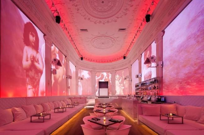"""Очень особенный, с клубной атмосферой, ресторан в Амстердаме. Большую часть площади здесь занимают места для ленивого полулежачего времяпрепровождения, что и """"делает"""" декадентский характер заведения. Конечно же, есть и традиционные столики. Ультрасовременный, немного распущенный, гламур атмосферы дополняют музыка и интерактивные представленияособенный, с клубной атмосферой, ресторан в Амстердаме. Большую часть площади здесь занимают полулежачие места, что и """"делает"""" декадентский характер заведения. Конечно же, есть и традиционные столики. Ультрасовременный, немного распущенный, гламур атмосферы дополняют музыка и интерактивные представления"""