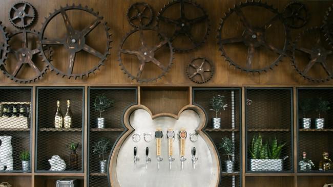 Индустриальный дизайн практически всегда подойдет для создания интерьера пивного ресторана