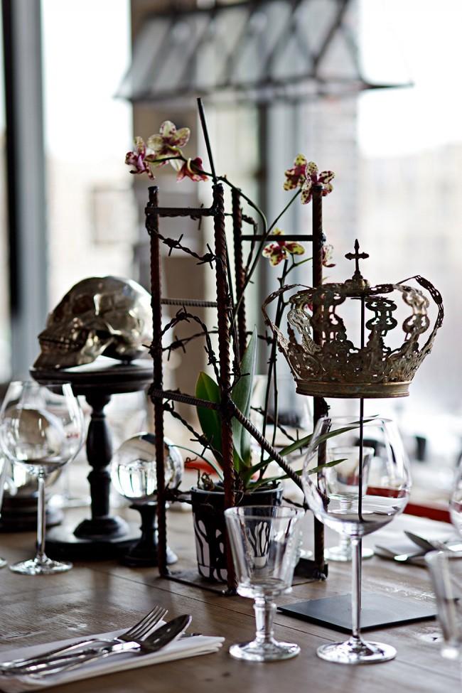 Арт-объекты, использованные для декора столиков в провокативном дизайне современного ресторана