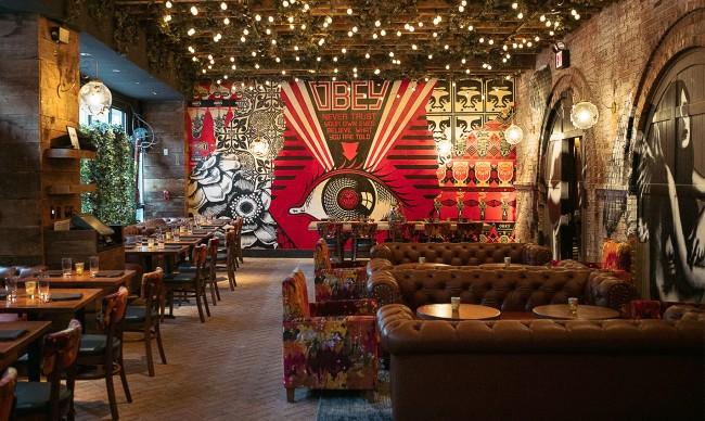 """Дизайн нью-йоркского ресторана с провокационным названием """"Вандал"""" - это манифест свободы самовыражения и торжества искусства, а стрит-арт здесь объединен с уличной культурой всего мира"""