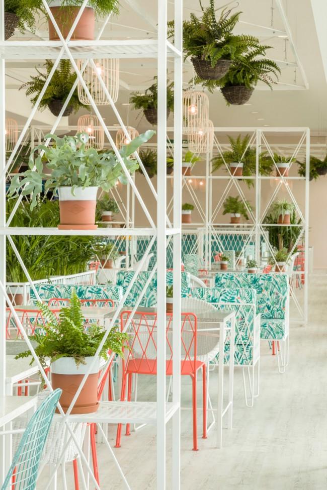 Светлое, воздушное пространство, наполненное живыми растениями, ботаническими гравюрами и яркими природными цветами