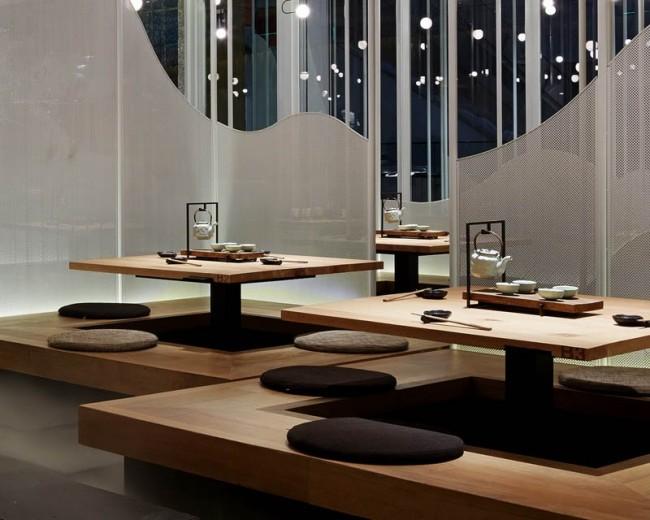 """В этом японском ресторане правит стихия воды. Гости здесь сидят на """"плавающих"""" платформах из отполированного дерева, а имитация речного тумана с помощью полупрозрачных панелей создает приватные зоны"""