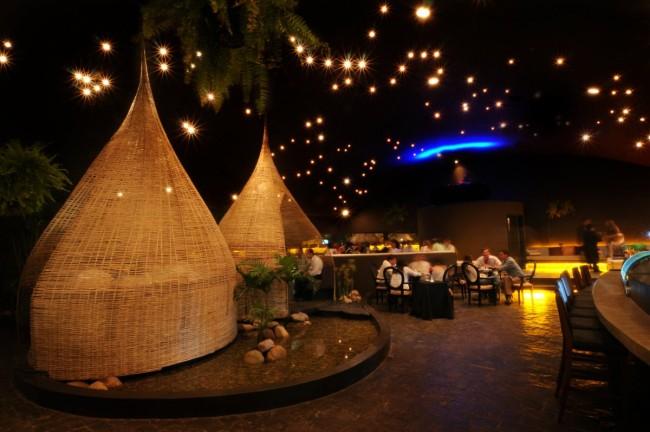 """Тема оформления, взятая из природы тропических лесов Боливии. Этот ресторан довольно вместительный, и большое внимание здесь отведено приватным зонам-""""микросредам"""" на разное количество посетителей"""