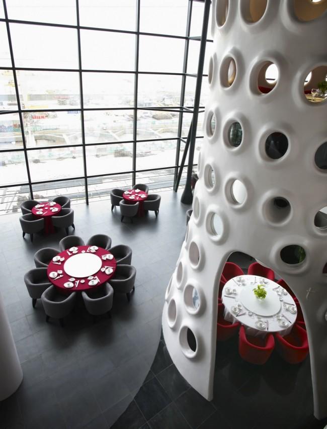 Масштабность, минимальный декор и панорамные окна в целом создадут футуристичный настрой
