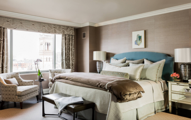 Стильные кофейные обои в интерьере классической спальной комнаты