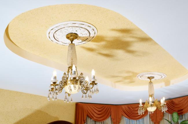 Домашняя бильярдная в классическом стиле с мягкими песочными стенами и потолком