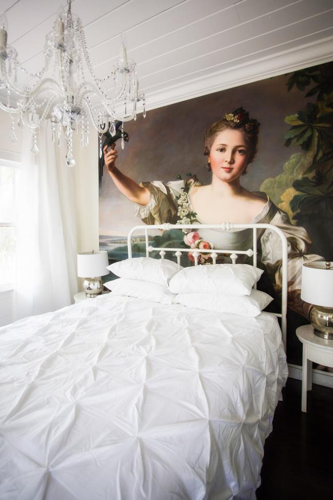 Живописное панно поверх обоев сделает спальную комнату максимально выразительной
