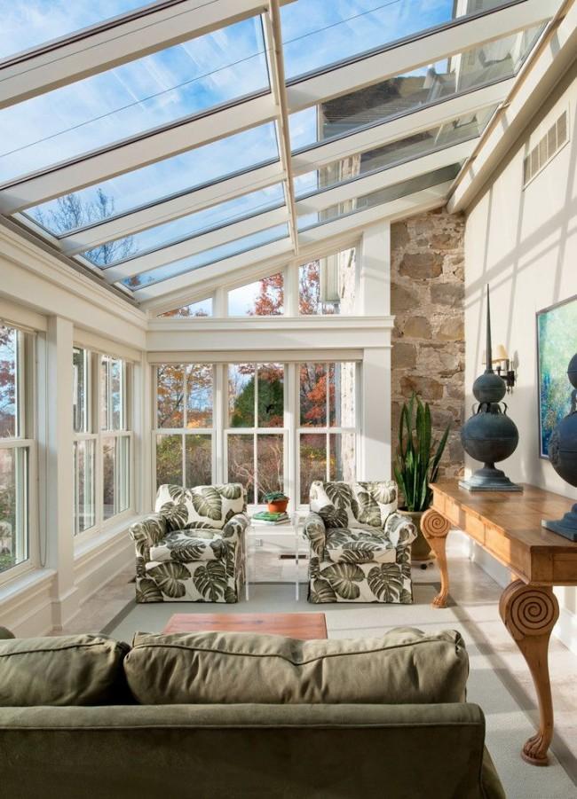 Уютная лоджия со стеклянной крышей