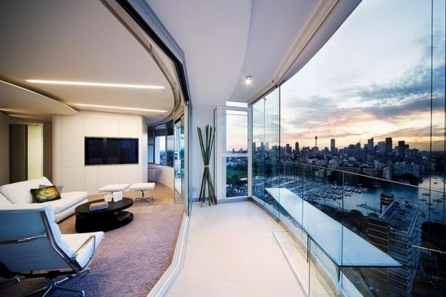 Балкон квартиры в стиле хай-тек с безрамным остеклением