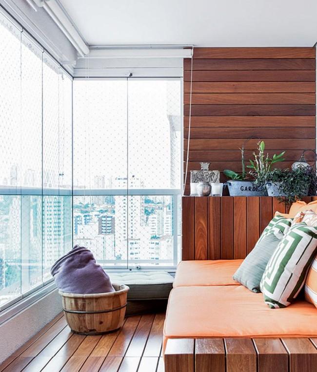 Отличное сочетание больших окон и деревянной отделки