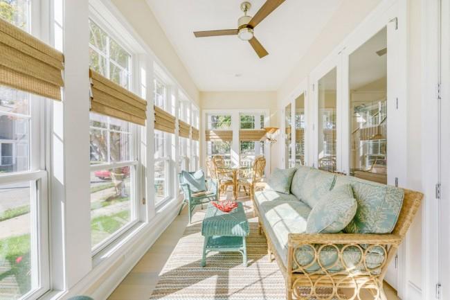 Белый цвет в интерьере в сочетании с обилием солнечного света сделают балкон очень просторным