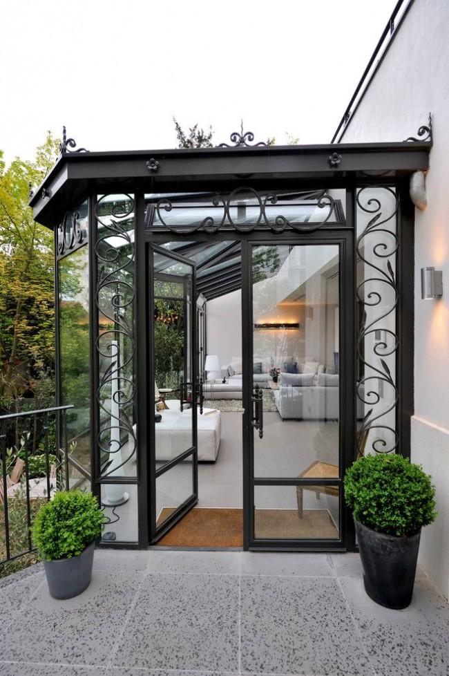 Красивый балкон с коваными элементами декора