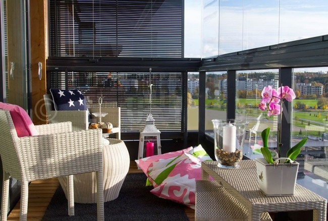Плетеная мебель в интерьере балкона