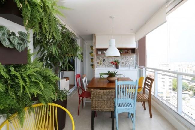 Столовая, расположенная на балконе, позволит во время приема пищи наслаждаться приятным видом из окна