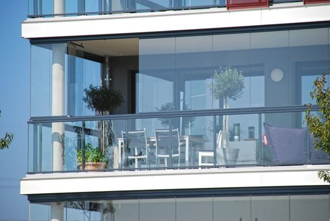 Безрамное остекление обеспечит великолепный панорамный обзор с балкона