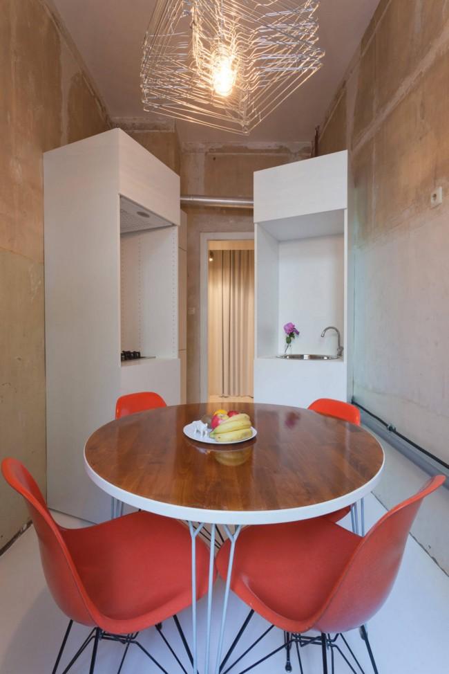 Кухня, проект которой не предусматривает рабочей поверхности, - необычный минималистичный вариант для крохотного помещения, отведенного архитекторами под кухню в квартирах-сталинках. Подойдет для стильного обустройства холостяцкого жилья