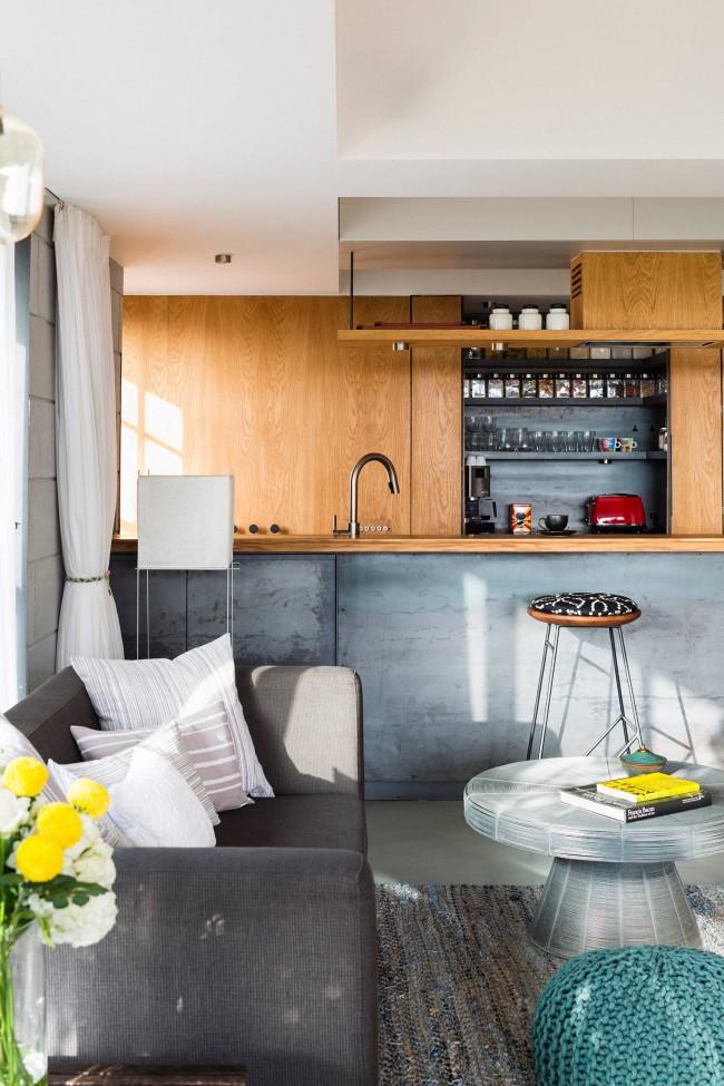 Объединив гостиную с кухней, можно получить место даже для обширной, полноценной барной стойки. Такой клубный дизайн подойдет молодым людям, ведущим активный образ жизни