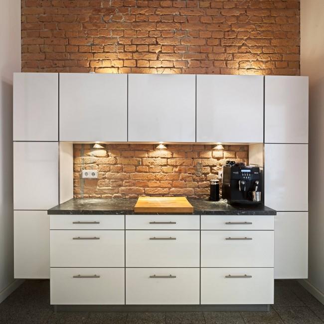 Нестандартный проект расширения рабочей поверхности в однорядной кухне