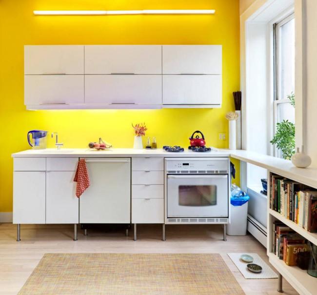 Модульная кухонная мебель в светлой квартире-студии