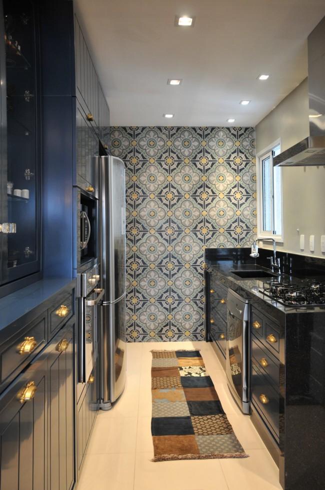 Освещение двухрядной кухни встроенными потолочными светильниками