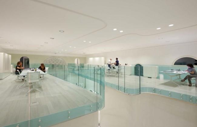 Потрясающий чисто-белый интерьер офиса итальянского обувного бренда Rubens Luciano, расположившегося на двух уровнях старинного дворца постройки начала XIX века