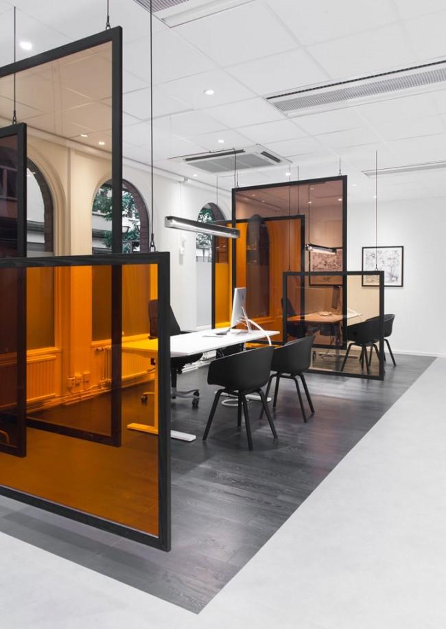 Парящие в воздухе перегородки из тонированного стекла в офисе банковского структурного подразделения. Мариефред, Швеция