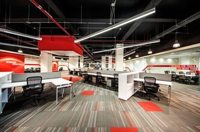 Стильный опен-спейс в фирменных цветах компании Lenovo, Обустроен в помещении бывшего склада, Гвадалахара, Мексика. Площадь - 1600 кв. м