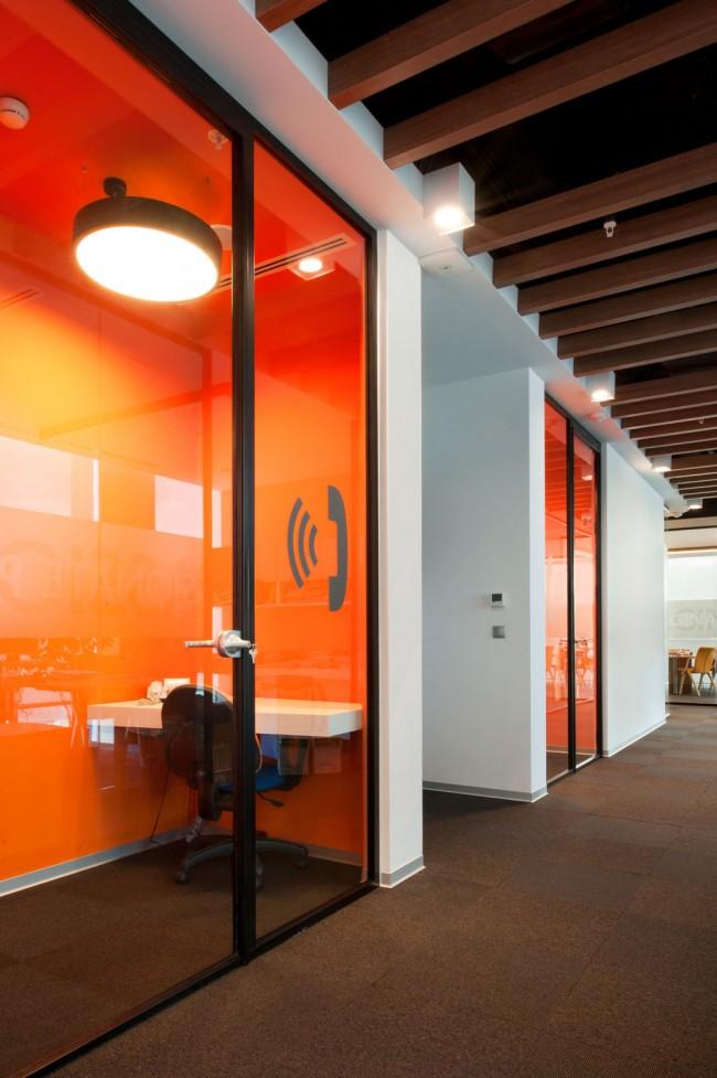 Динамичный оранжевый цвет в изолированных ячейках, рассчитанных на одного человека, в стамбульском офисе международной фармацевтической компании