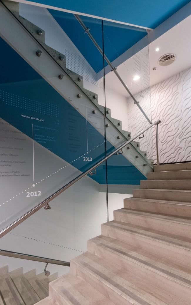 Идея с графикой на стекле: история компании по годам, написанная снизу вверх