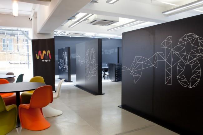 Общее рабочее пространство в офисе стартап-акселератора - компании, занимающейся продвижением инновационных разработок. Мадрид, Испания
