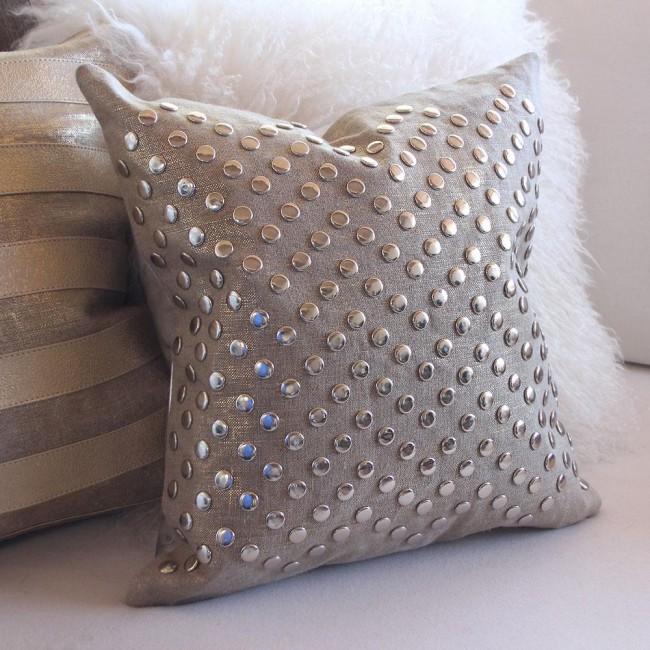 Необычная декоративная подушка ручной работы, расшитая металлическими кнопками