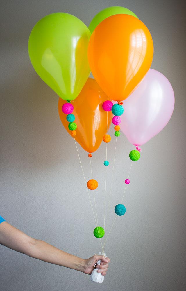 Гелиевые воздушные шарики, украшенные яркими неоновыми гигантскими бусинами