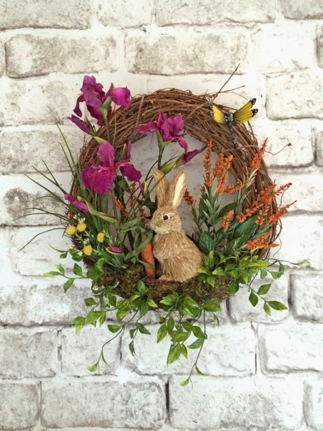 Венок для украшения входной двери с цветами и забавным кроликом. Подойдет для украшения на Пасху или для просто весеннего декора