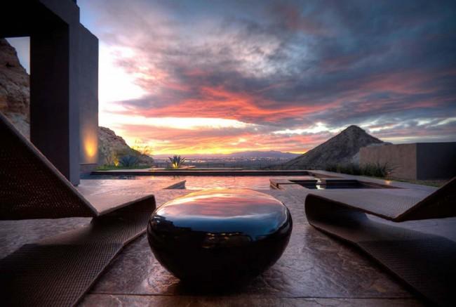 Каменный столик хорош еще и тем, что подходит для патио и террас