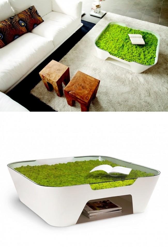 В духе эко-дизайна: белый столик плавных форм с мхом, растущим под стеклянной столешницей