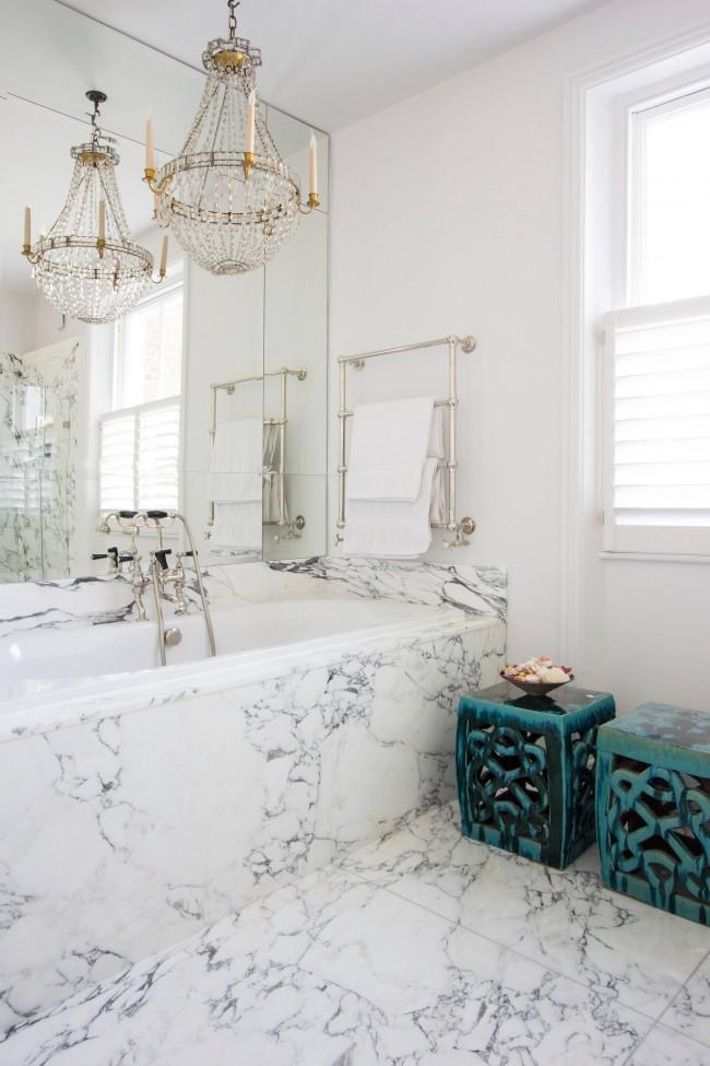 Эклектичная ванная комната: белые стены, хрустальная люстра, мрамор и марокканские аксессуары